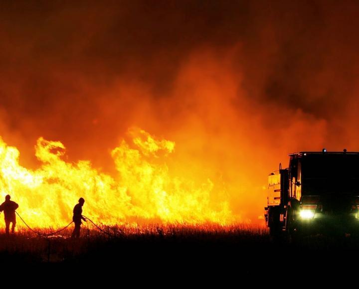 Des pompiers tentent de stopper un incendie.