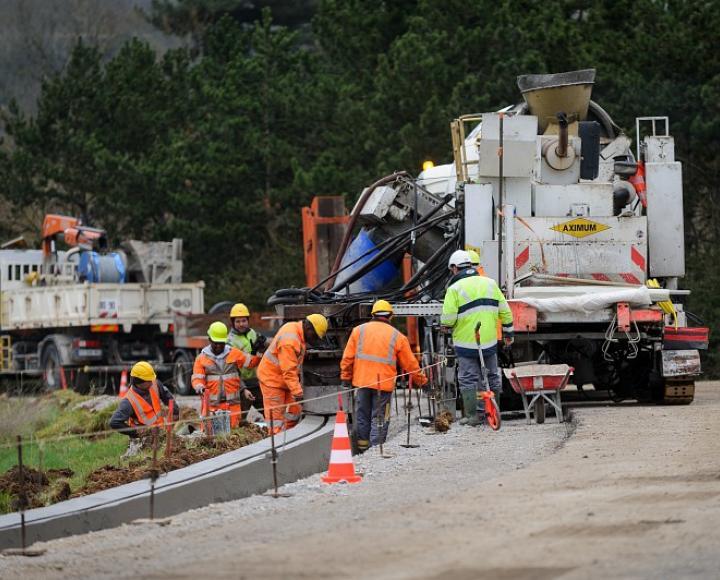 Agents de la DIR Nord-Ouest / DIR Ouest en activité sur chantier de construction d'un système d'échange entre 2 voies